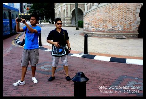 Ang lakas nilang maka bodyguard! haha